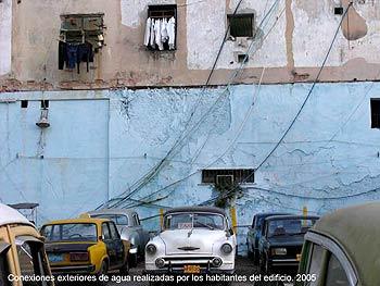 Ernesto Oroza. Conexiones exteriores de agua realizadas por habitantes del edificio. 2005